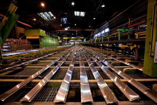 Cette presse de 3200T sert à filer des billettes d'aluminium pour les transformer en profilés.