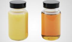 A gauche, une huile polluée par de l'eau et à droite, une huile propre